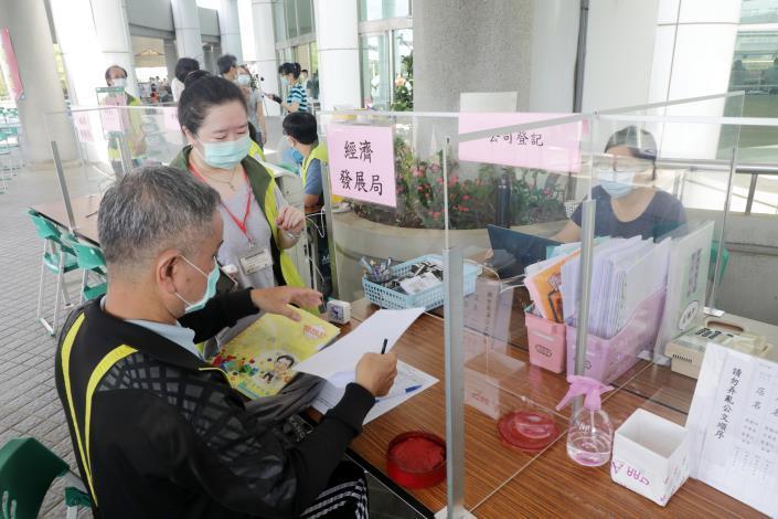 黃偉哲視察台南永華市政中心今起實施民眾洽公運作情形  呼籲共同抗疫、全面防堵疫情保護市民(共5張)-5