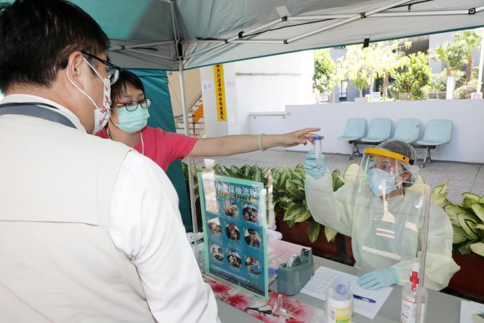 台南市東區衛生所今率先設立篩檢站  黃偉哲:4區衛生所將陸續提供高風險群之COVID-19擴大篩檢服務(共10張)-2