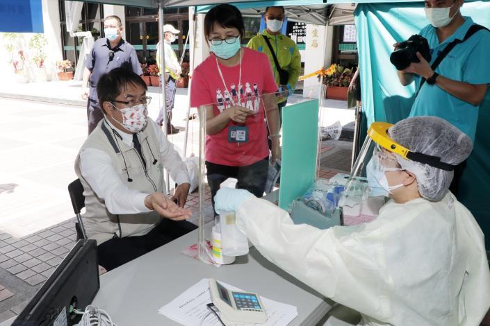 台南市東區衛生所今率先設立篩檢站  黃偉哲:4區衛生所將陸續提供高風險群之COVID-19擴大篩檢服務(共10張)-3