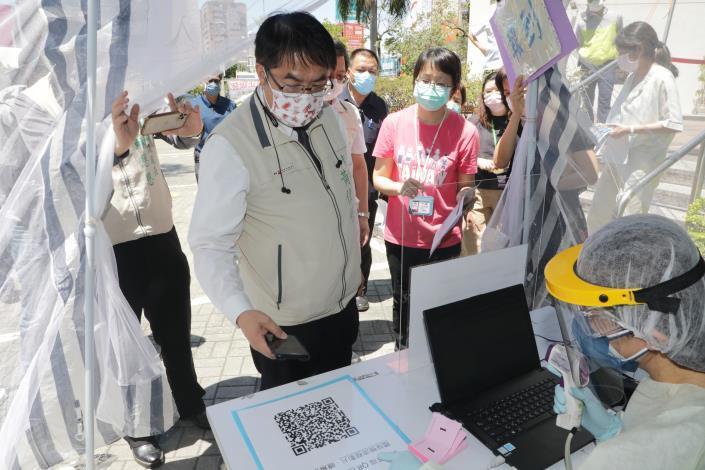 台南市東區衛生所今率先設立篩檢站  黃偉哲:4區衛生所將陸續提供高風險群之COVID-19擴大篩檢服務(共10張)-1