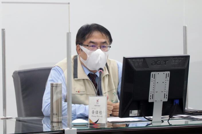 黃偉哲主持第40次COVID-19一級指揮中心會議 呼籲市民外出要戴好口罩、保持社交距離(共2張)-1