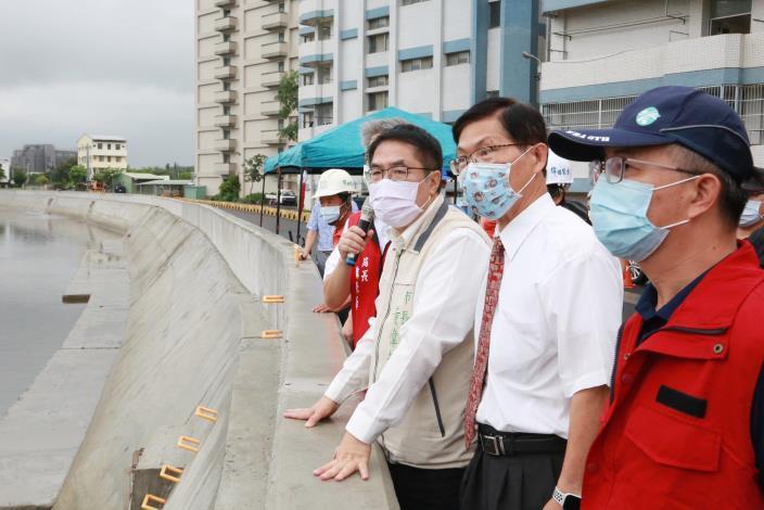台南中華醫大通過豪大雨考驗53年來首度不淹水 黃偉哲視察三爺溪防汛工程 確保民眾免於淹水之苦(共4張)-2