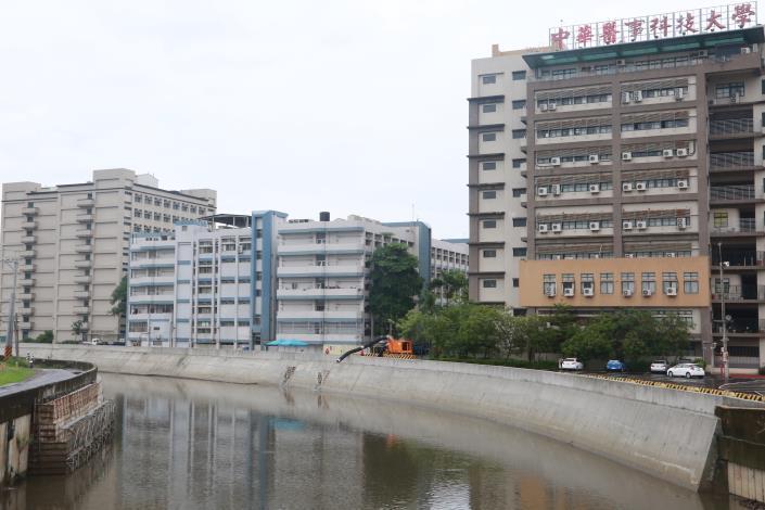 台南中華醫大通過豪大雨考驗53年來首度不淹水 黃偉哲視察三爺溪防汛工程 確保民眾免於淹水之苦(共4張)-3