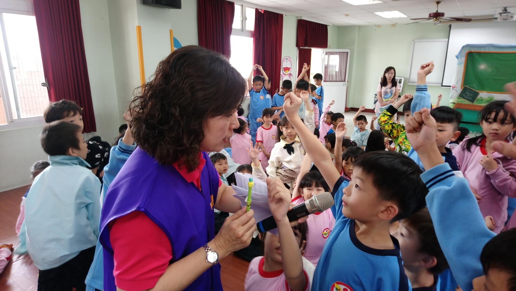 1081126永康勝利國小宣導 志工與小朋友的問與答照片