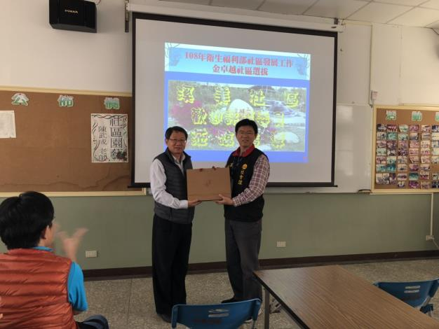 公所帶領所轄社區參訪溪美社區活動互贈禮品
