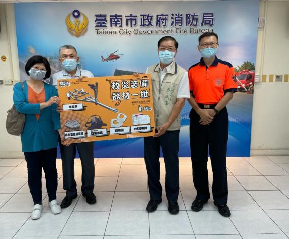 局長李明峯(右2)代表受贈