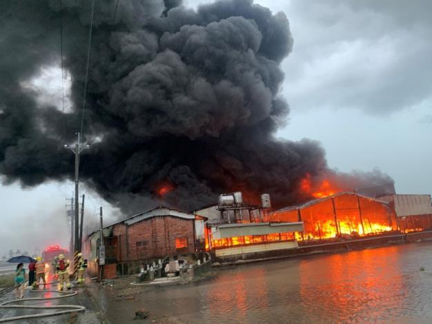建築物受到雷擊全面燃燒情形