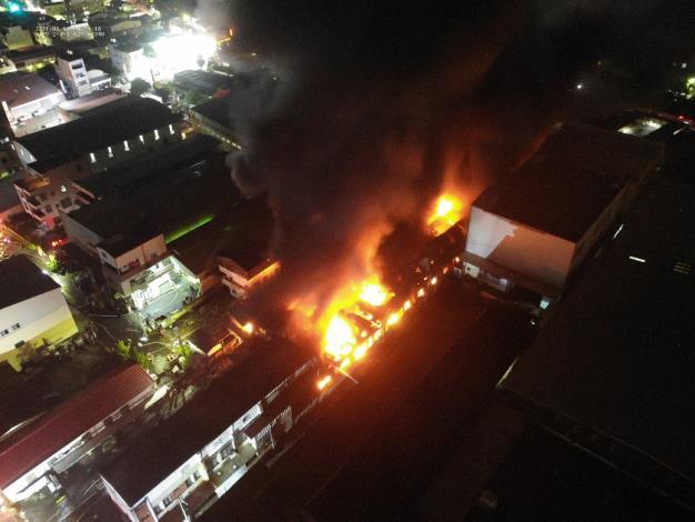 永康區鐵皮工廠火災燃燒情形