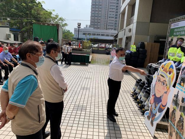 在地企業聯合捐贈空氣呼吸器組捐贈儀式-局長(左1)、市長(左2)
