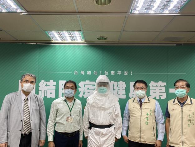 陳金鐘發起在地企業力挺消防醫護捐贈呼吸防護系統記者會(市長黃偉哲圖右2、局長李明峯圖右1)