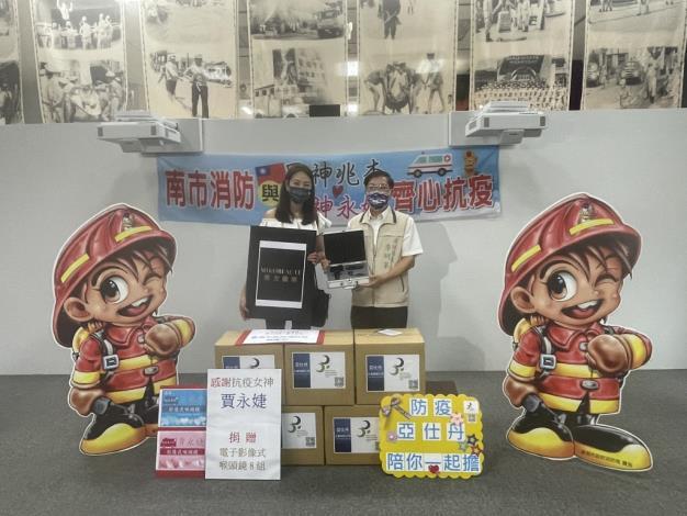 賈永婕捐贈臺南消防喉頭鏡8組(局長李明峯圖右)