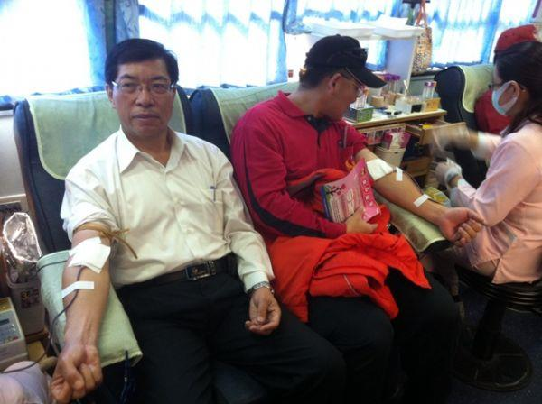局長熱心捐血