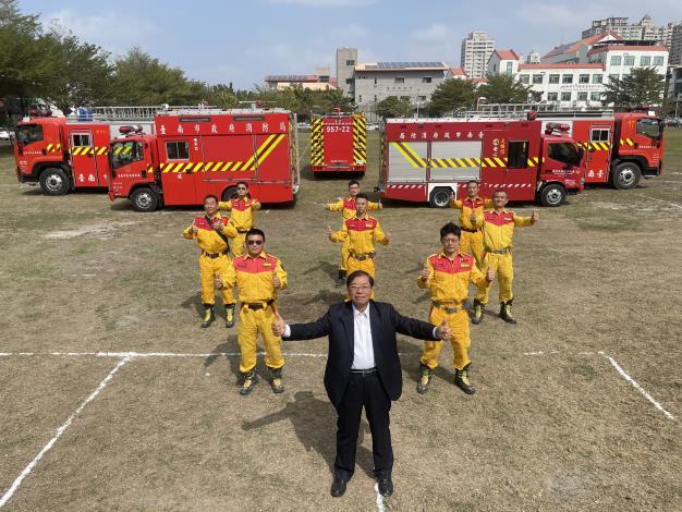 臺南消防各式水箱消防車輛反光標識已建置完成,年節出勤有保障-李局長明峯(前中)