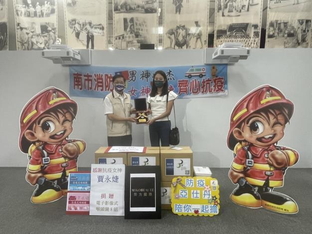 賈永婕捐贈臺南消防喉頭鏡8組(局長李明峯圖左))