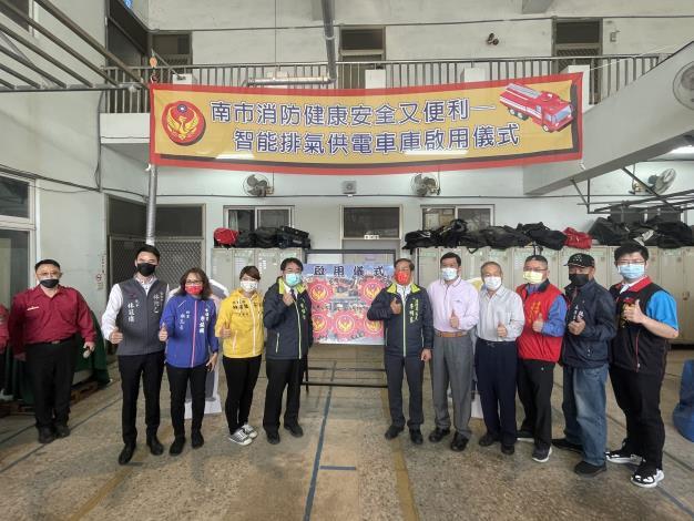 智能排氣供電車庫啟用儀式,黃市長偉哲(圖左5)及李局長明峯(圖右6)
