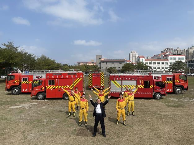 臺南消防各式水箱消防車輛反光標識已建置完成,年節出勤有保障--李局長明峯(圖前中)