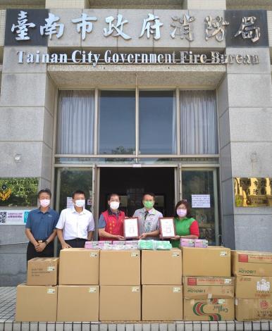 蔡旺詮議員(相片右2)偕臺南店家捐贈防疫物資,力挺消防弟兄
