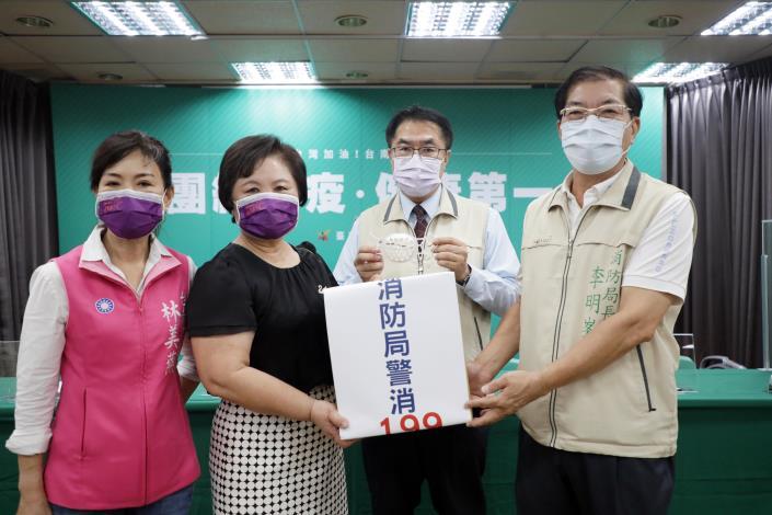 奮億金屬實業有限公司捐贈臺南市政府立體透氣口罩架一批(市長黃偉哲-相片右2,局長李明峯-相片右1)