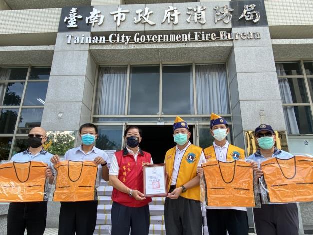 感謝台南市赤嵌獅子會捐贈保冷背心(局長李明峯-相片左3)