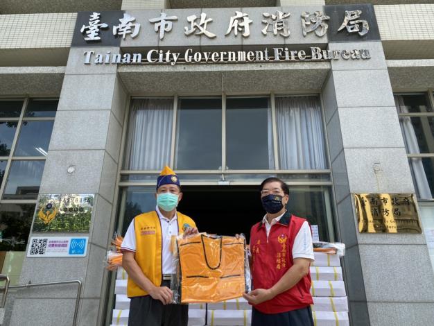 感謝台南市赤嵌獅子會捐贈保冷背心(局長李明峯-相片右)