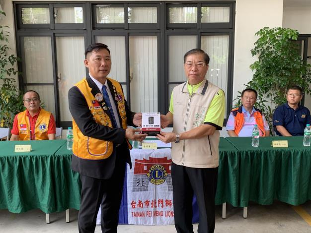 1090929台南市北門獅子會捐贈臺南市政府消防局空氣呼吸器背架及穿戴式攝影機儀式2(局長右)