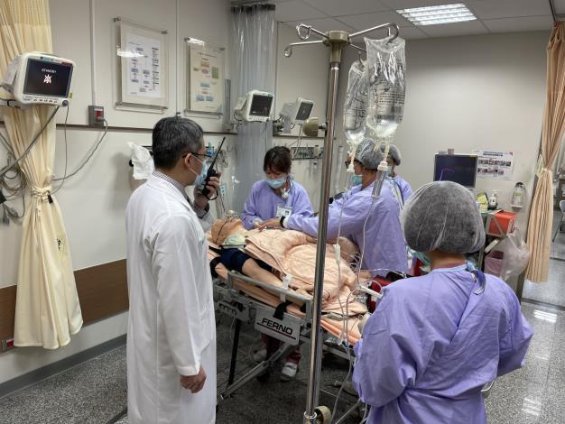 模擬疑似急性心肌梗塞民眾伴隨生命徵象不穩定經由消防救護同仁以到院前12導程心電圖機進行檢查.JPG