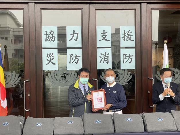 佛教慈濟慈善事業基金會 捐贈福慧床及毛毯活動,黃偉哲市長(圖左)回贈感謝狀