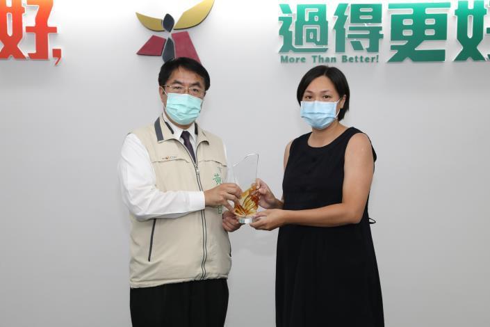 1091021市長黃偉哲(左)頒發獎座恭賀消防局黃瑛儀(右)六星競技奪亞軍