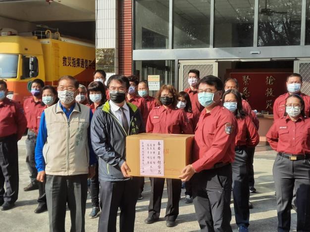 黃市長偉哲(前排左2)偕同消防局李局長明峯(前排左1)慰問警義消同仁