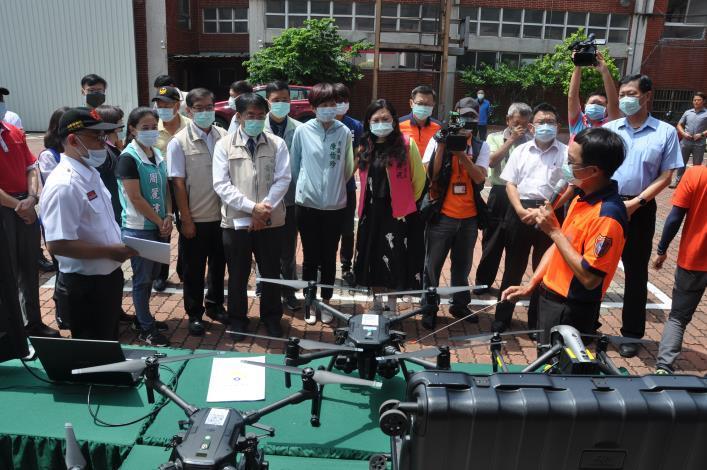 1090819臺南消防局無人機運用領先全國 首座無人機模擬訓練中心Drone Simulation Training Center(DSTC)啟用1-(市長第2排左3、局長第2排左2)