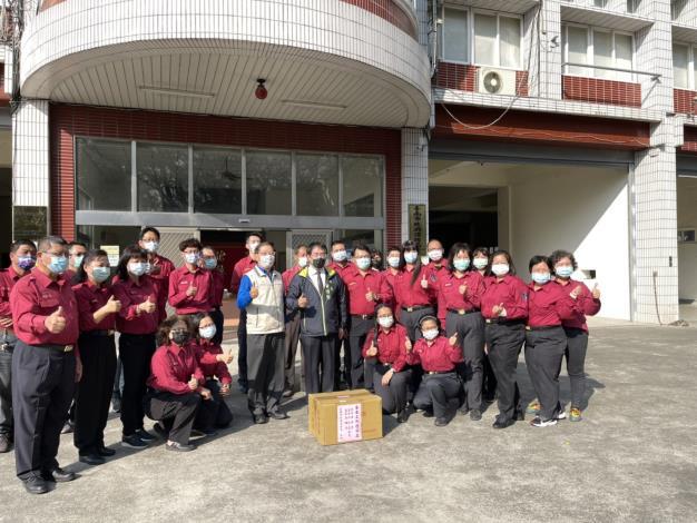 黃市長偉哲(前排站立左6)偕同消防局李局長明峯(前排站立左5)慰問警義消同仁
