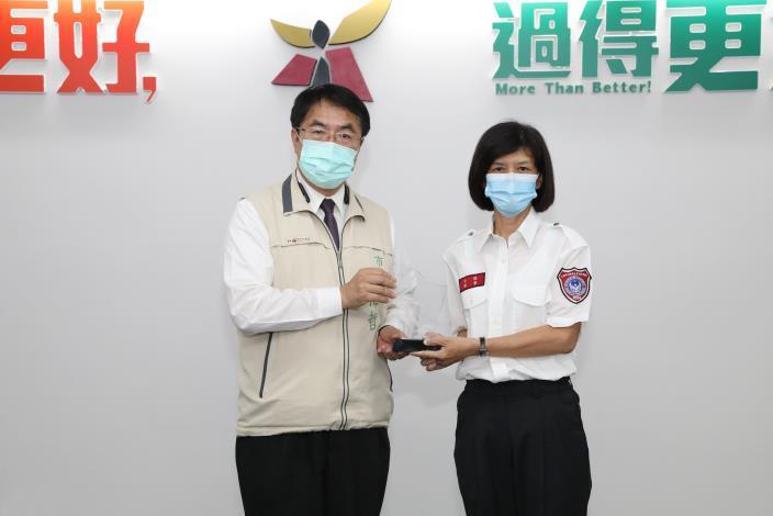 1091021市長黃偉哲(左)賀雙喜 義消林泳綨(右)獲全國救護志工菁英