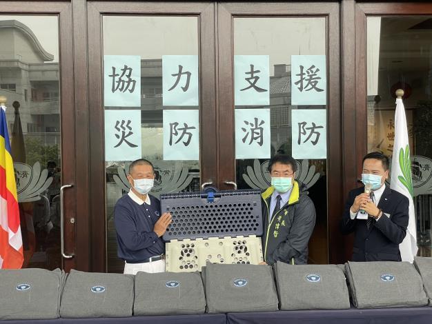佛教慈濟慈善事業基金會 捐贈福慧床活動,由黃偉哲市長(圖中)代表受贈