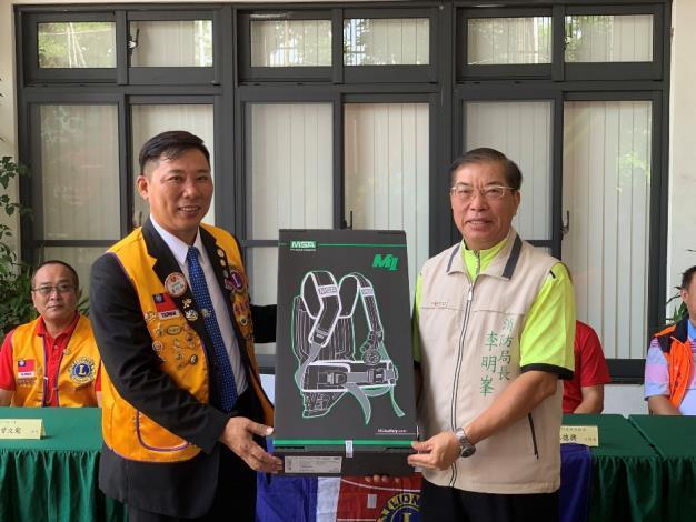 1090929台南市北門獅子會捐贈臺南市政府消防局空氣呼吸器背架及穿戴式攝影機儀式1(局長右)
