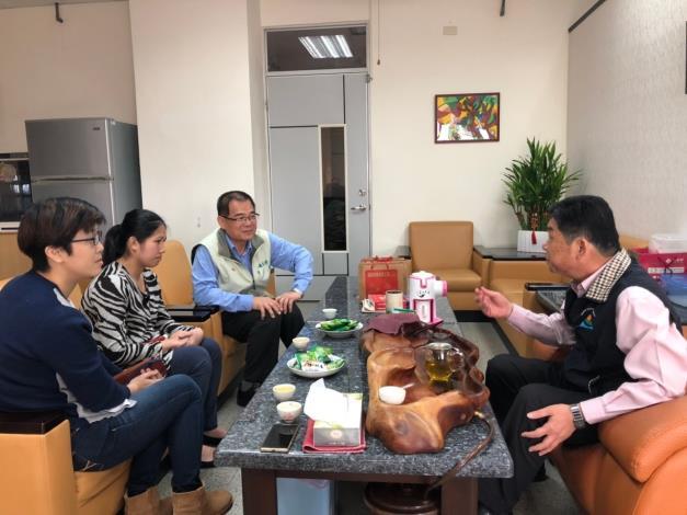 勞工局拜訪海佃國中吳校長與紹婕