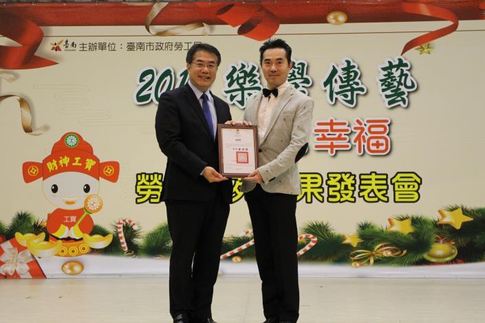 (2)市長頒發感謝狀給學苑老師