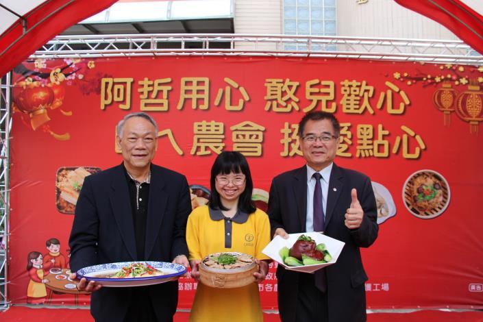 憨兒小萱與王局長及蘇執行董事捧菜合照