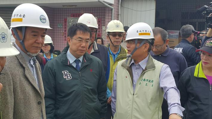 4王鑫基局長為黃偉哲市長介紹房屋修繕業務