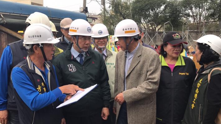 1黃偉哲市長前往為志工加油及關懷修繕個案