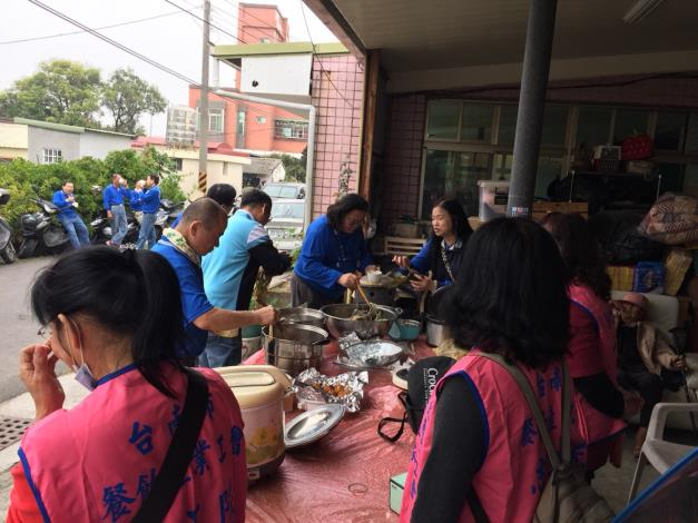 8台南市餐飲業產業工會準備午餐共同享用