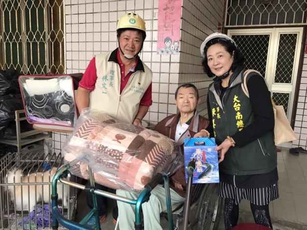 3大台南總工會及社團法人台南市勞工志願服務協會共同致贈禮品
