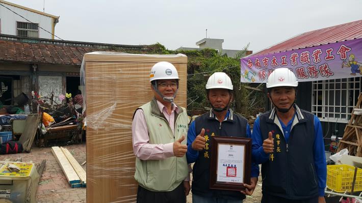 1台南市木工業職業工會志工致贈全新衣櫃