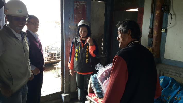 2勞保局林管洛主任致贈手工棉被及大台南總工會陳美靜理事長贈床包