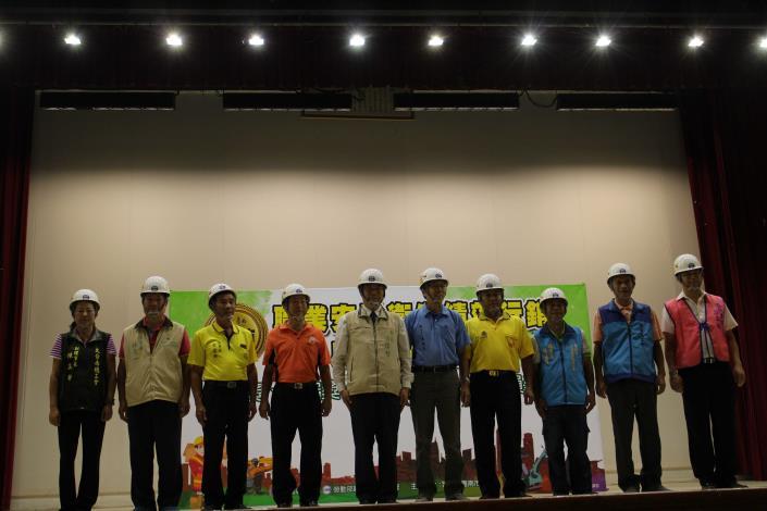 黃偉哲市長贈送安全帽給九大工會代表