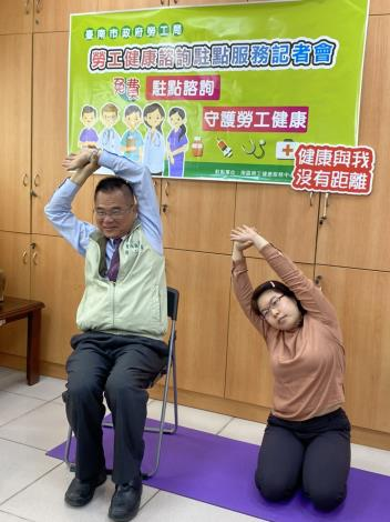 王局長與駐點團隊李俐穎職能治療師示範動作
