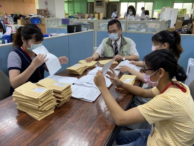 圖片二:勞工局長王鑫基關心安心即時上工同仁工作狀況
