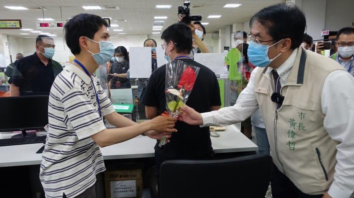 圖片一:市長於永康區公所關心安心即時上工同仁工作狀況.JPG