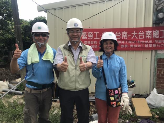 今年勞工模範母親得獎人林錦雀和丈夫吳福川夫妻志工與局長合影