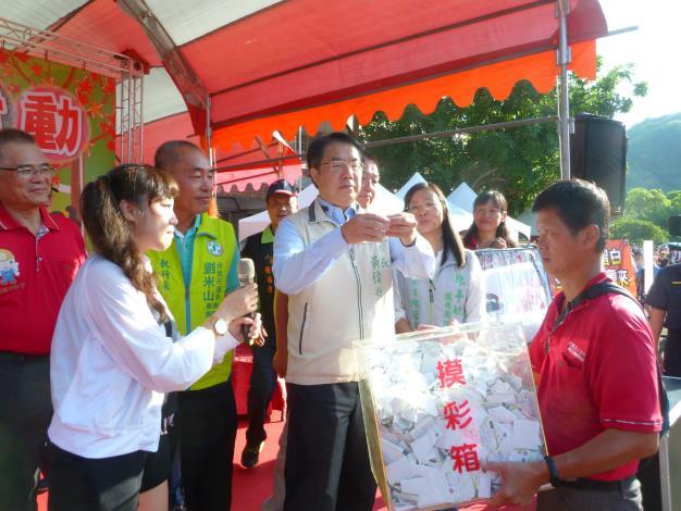黃偉哲市長抽出第一個大獎