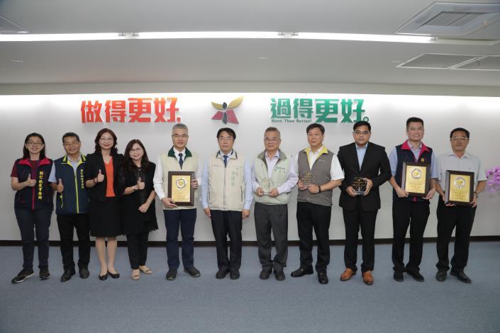 圖二:黃市長與所有得獎單位代表合照